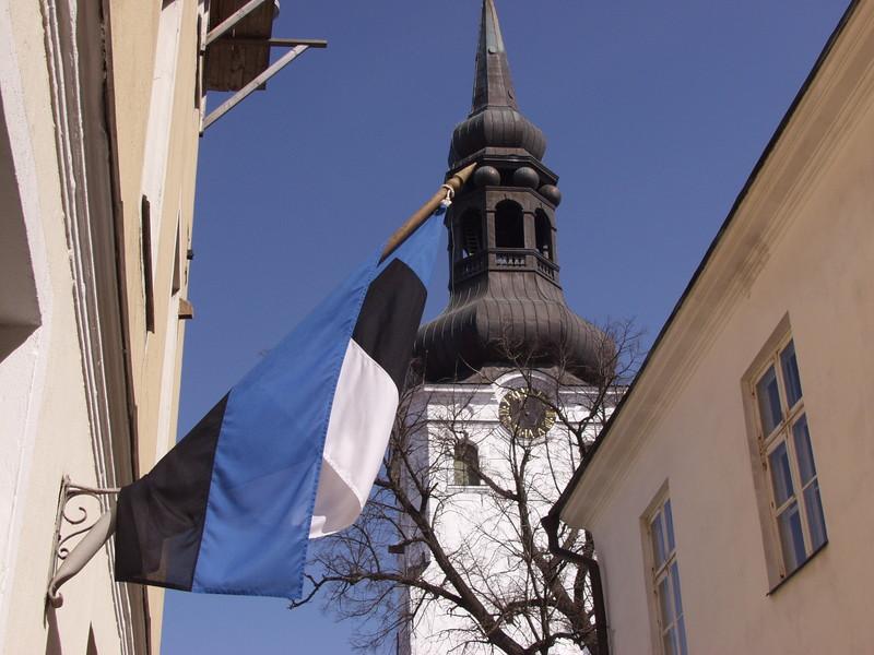 Viron lippu ja Tallinnan tuomiokirkon torni