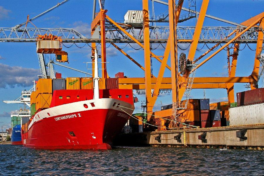 Konttilaiva Sea Containers V:tä lastataan Länsisatamassa
