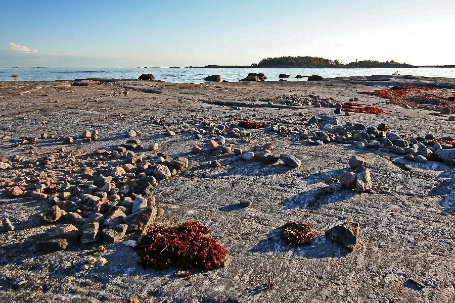 Kiviä auringonlaskun aikaan Kistörenin saarella