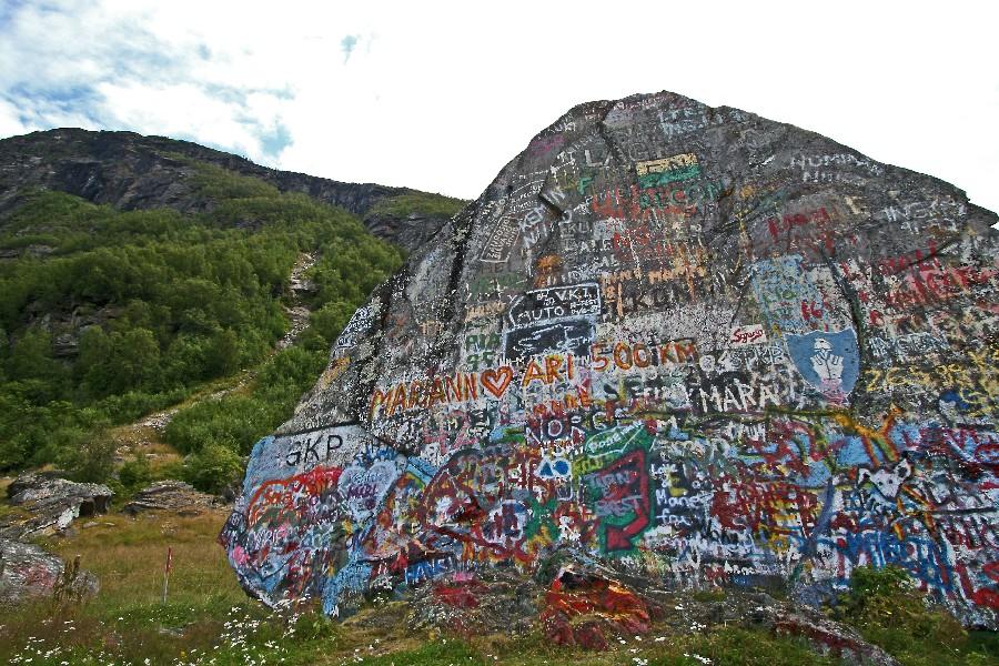 Graffitteja kivessä