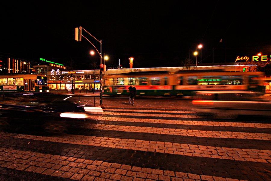 Mannerheimintien liikennettä Lasipalatsin edustalla