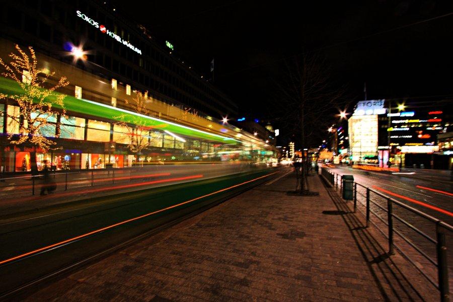 Raitiovaunu ohittaa Lasipalatsin pysäkin Mannerheimintiellä