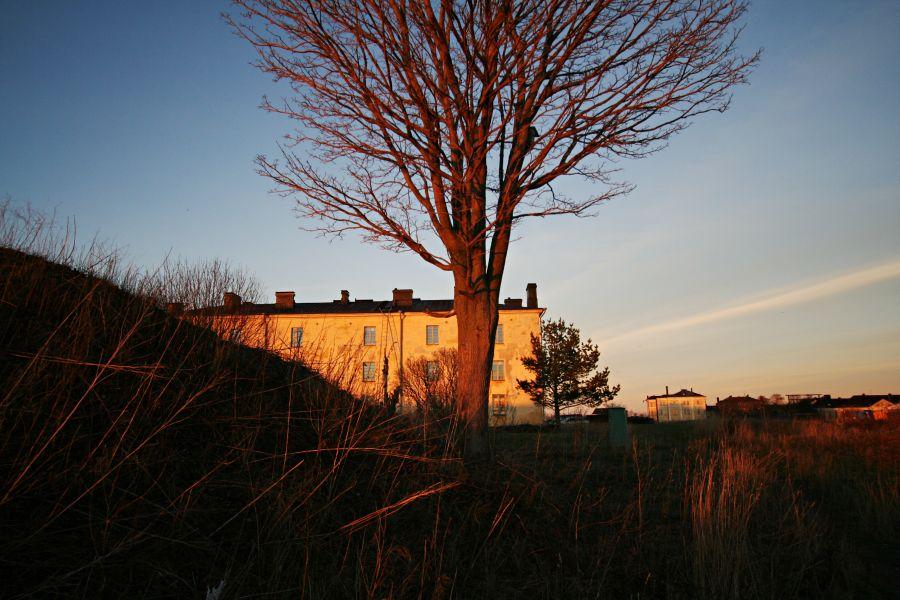 Talo Länsi-Mustasaaressa auringonlaskun aikaan