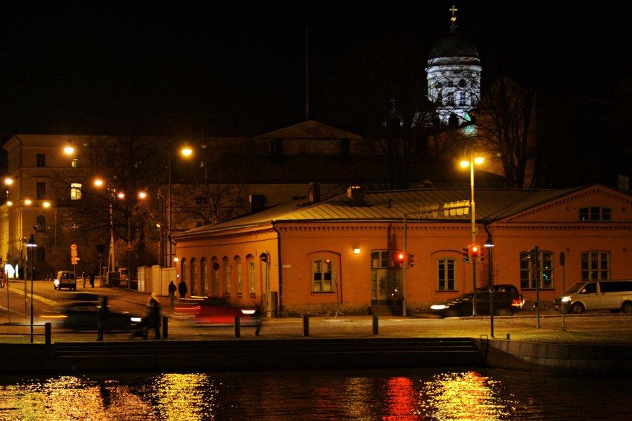 Meritullintorin taloja, taustalla Tuomiokirkon torni