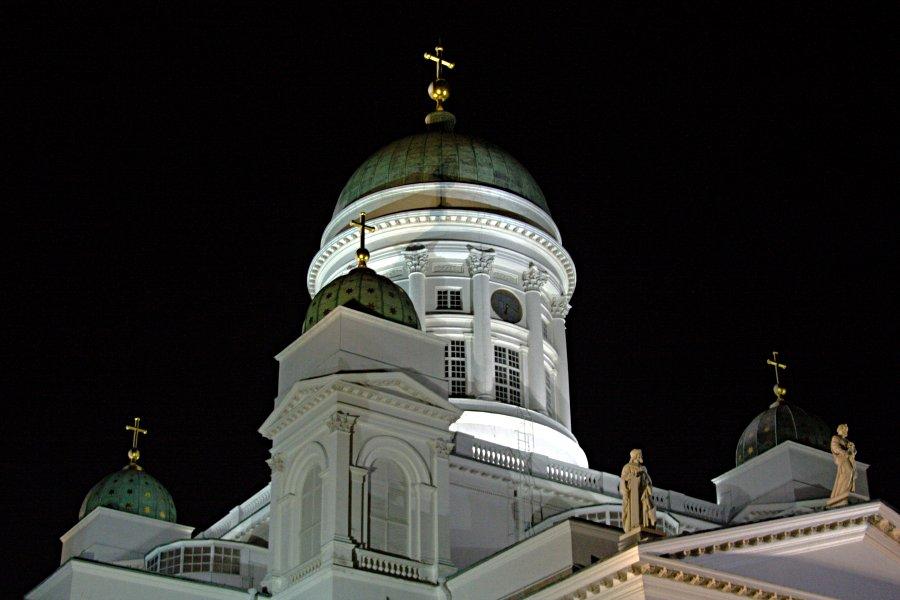 Tuomiokirkon tornit iltavalaistuksessa