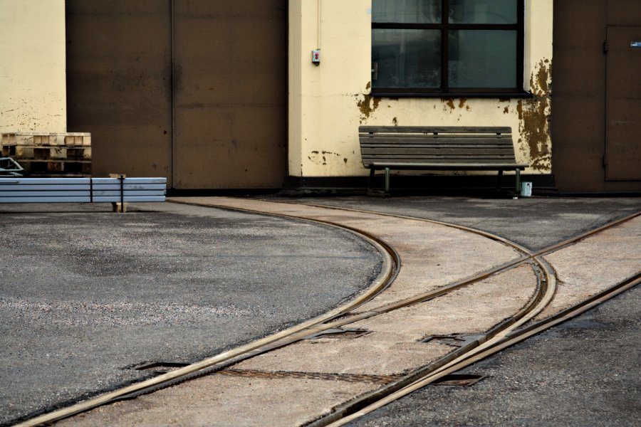 Raiteita Vallilan raitiovaunuhallin pihalla