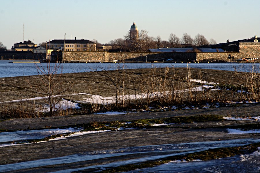 Uunisaaren silokallioita, taustalla Suomenlinnan saaria