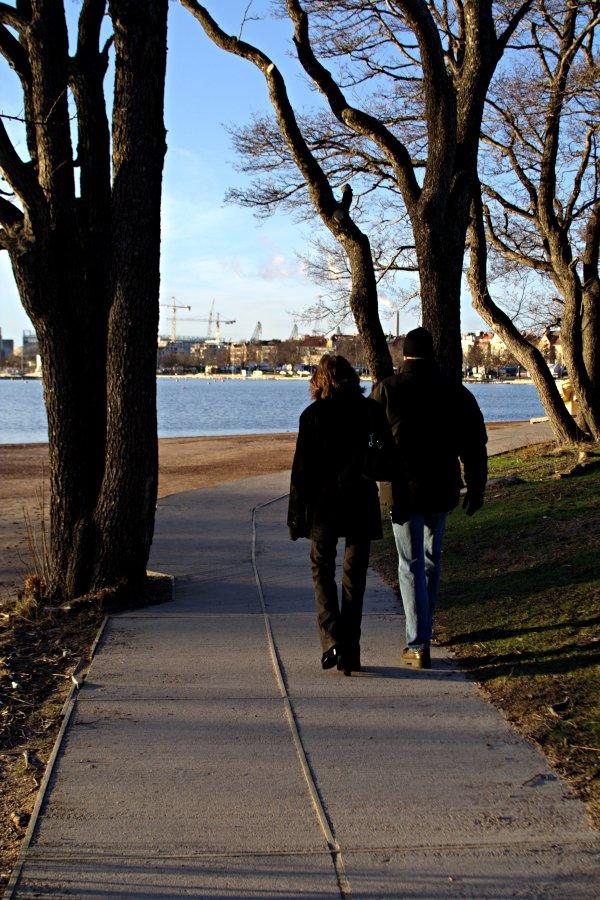 Pariskunta kävelyllä Uunisaaressa