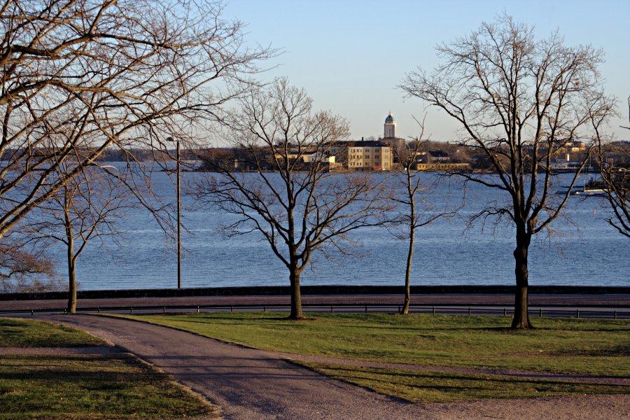 Suomenlinna nähtynä Kaivopuistosta, Ehrenströmintie etualalla