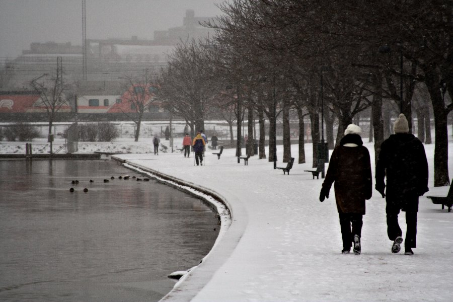 Pariskunta kävelyllä talvisessa Tokoinrannassa
