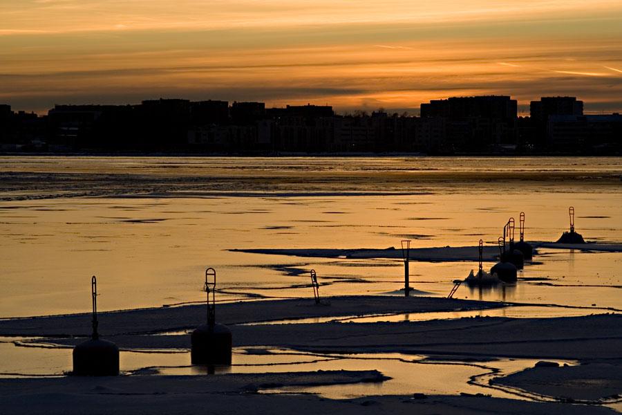 Poijuja Ruoholahden kanavan suulla, taustalla Lauttasaari