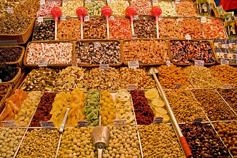 Pähkinöitä, kuivattuja hedelmiä ja makeisia