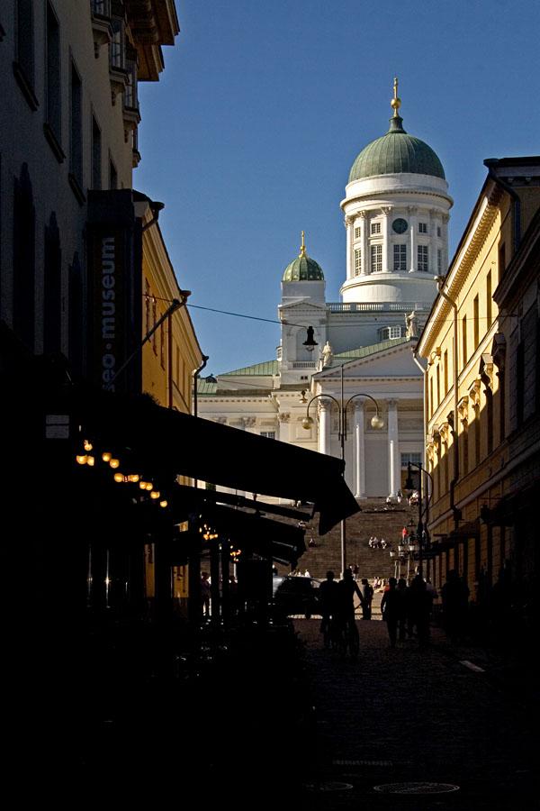 Pimeä Sofiankatu ja tuomiokirkko