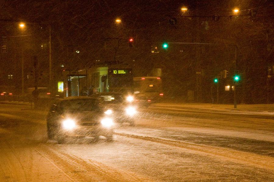 Autoja ja raitiovaunu lumimyräkässä Mannerheimintiellä
