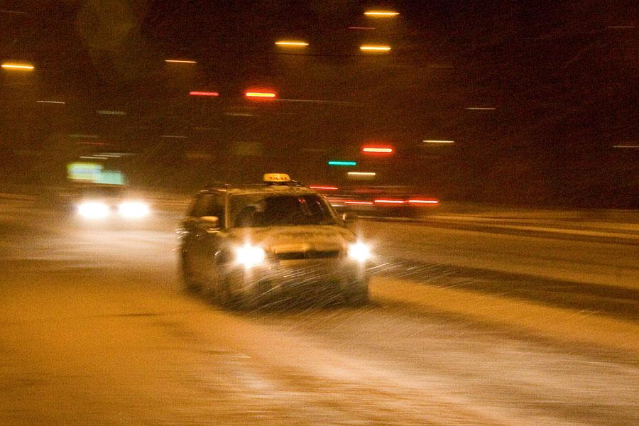 Taksi lumimyräkässä Mannerheimintiellä