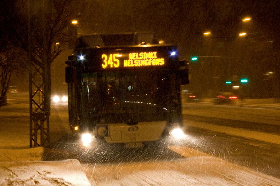 Bussi 345 Rinnekodista Helsinkiin lumimyräkässä Mannerheimintiellä