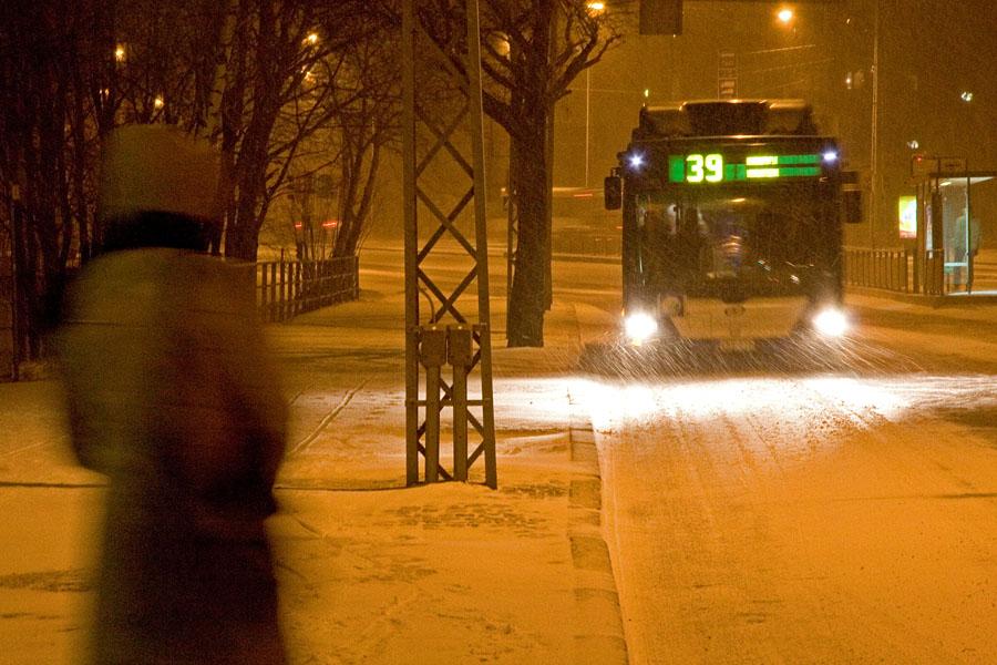 Bussi 39 Malminkartanosta lumimyräkässä Mannerheimintiellä