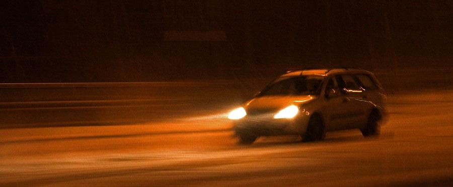 Auto lumimyräkässä Mannerheimintiellä