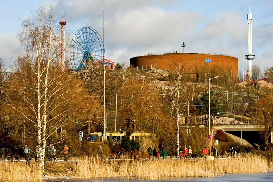 Ulkoliikuntaa Töölönlahden pohjoispäässä, taustalla Linnanmäki