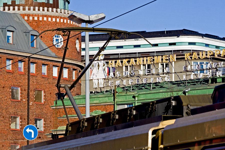 Raitiovaunu Hakaniemen kauppahallin edessä