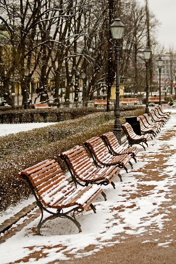 Lumisia penkkejä Esplanadin puistossa