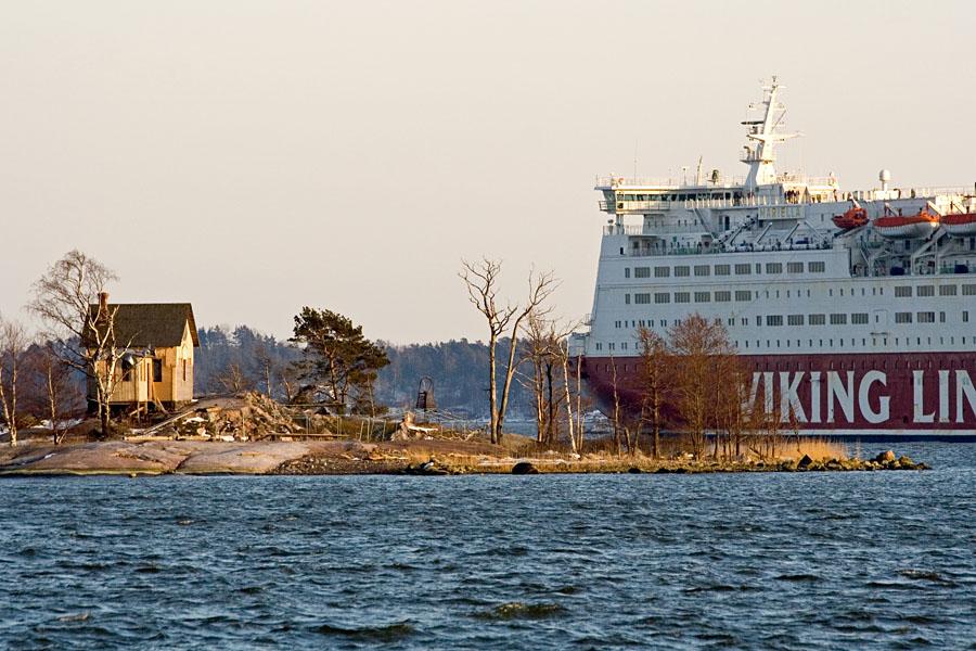Viking Line M/S Mariella passing Katajannokanluoto