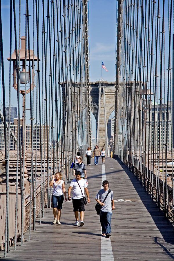 Kävelijöitä Brooklyn bridgellä
