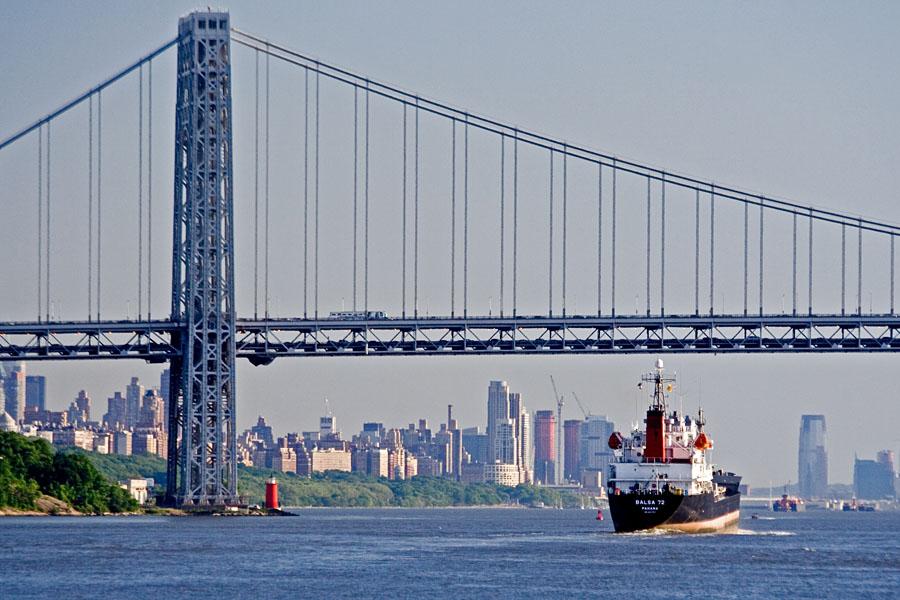 Balsa 72 alittaa George Washington bridgen