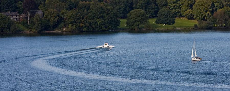 Moottori- ja purjevene Windermeere-järvellä