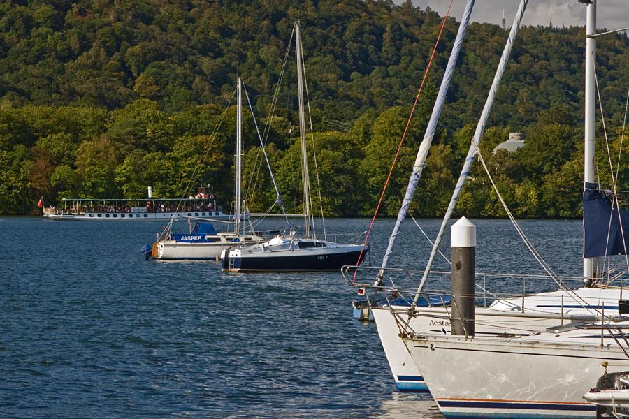 Purjeveneitä venesatamassa Windermeere-järvellä