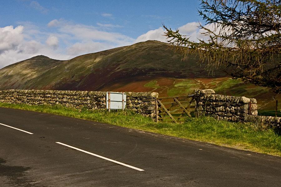 Maantie, aita ja vuoristoa Lake Districtissa