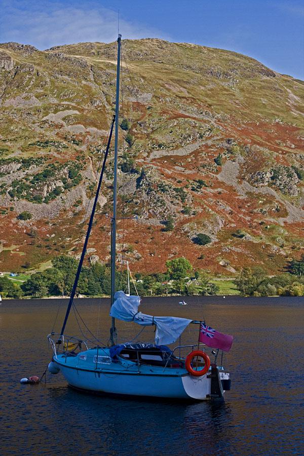 Yksinäinen purjevene Ullswater-järvellä