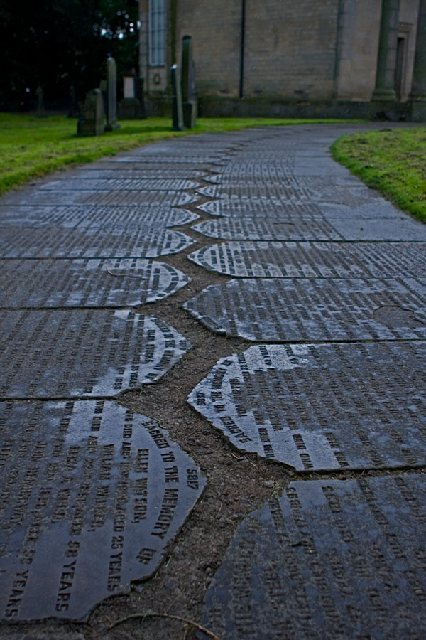 Hautakivistä tehty polku