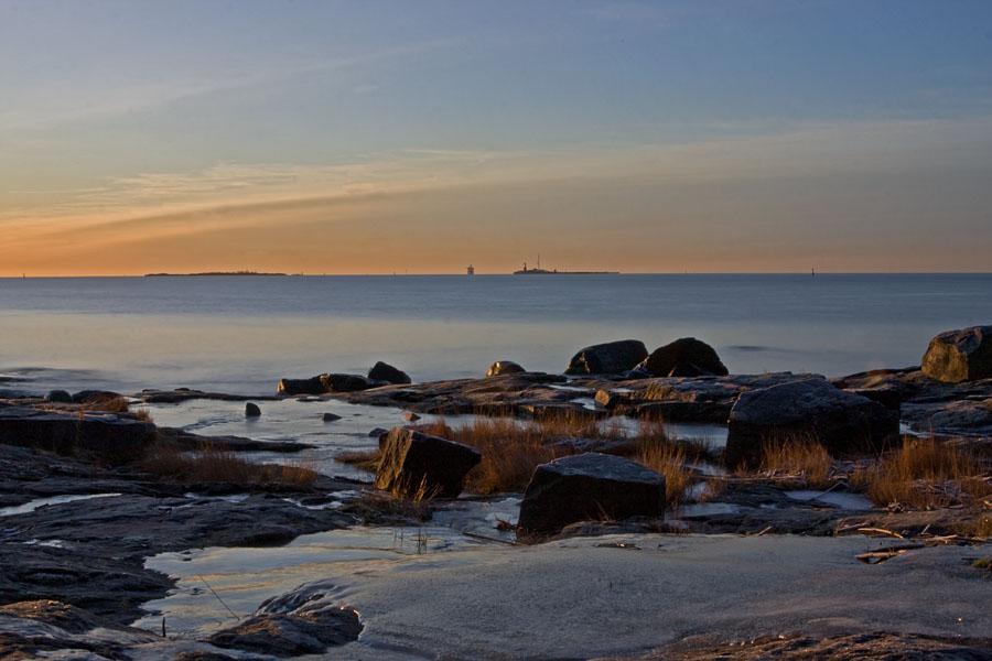 Näkymä Suomenlinnan Susisaaresta etelään, taustalla lähestyvä M/S Viking XPRS ja Harmajan majakka
