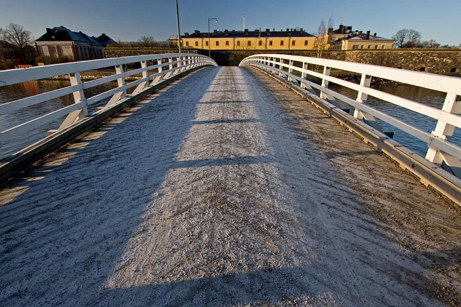 Pikku-Mustan silta, taustalla Merisotakoulu