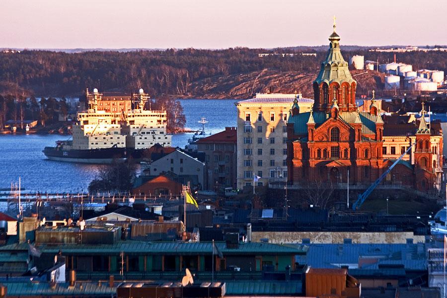 Jäänmurtajia ja Uspenskin katedraali, taustalla näkyy Öljysatama