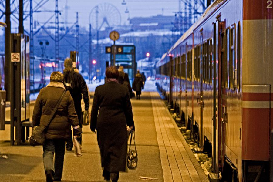 Ihmisiä junalaiturilla