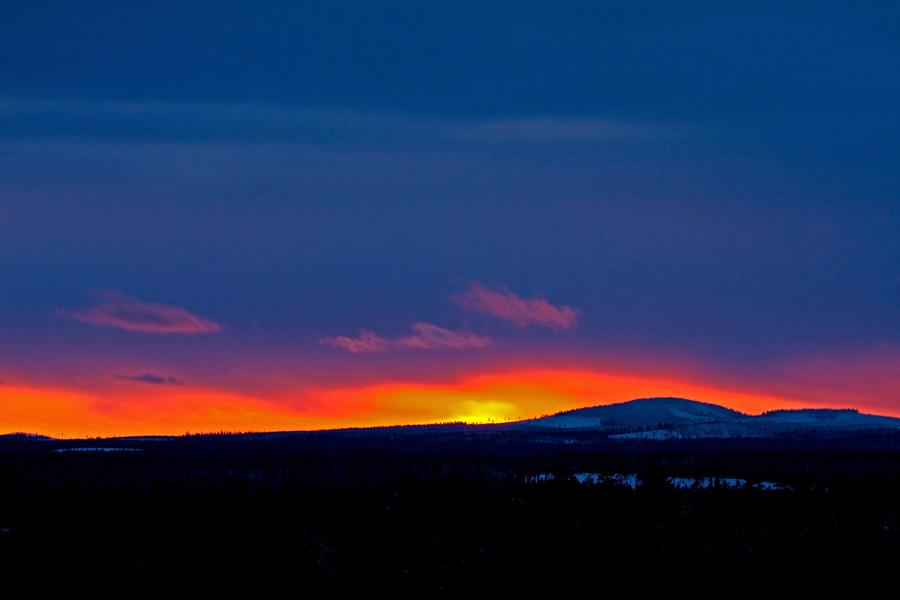 Auringonlasku Kuontivaaran takana Kuusamossa