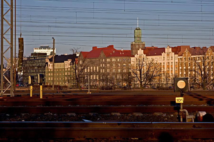 Rautatie Töölönlahden ja Eläintarhanlahden välissä, taustalla Paasitorni ja Säästöpankinrannan taloja