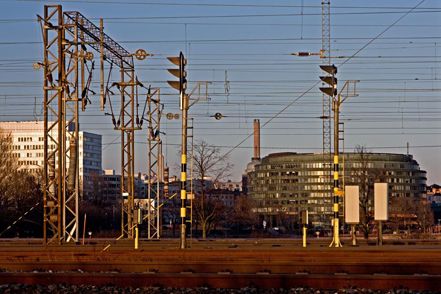 Rautatie Töölönlahden ja Eläintarhanlahden välissä, taustalla Kallion virastotalo ja ympyrätalo