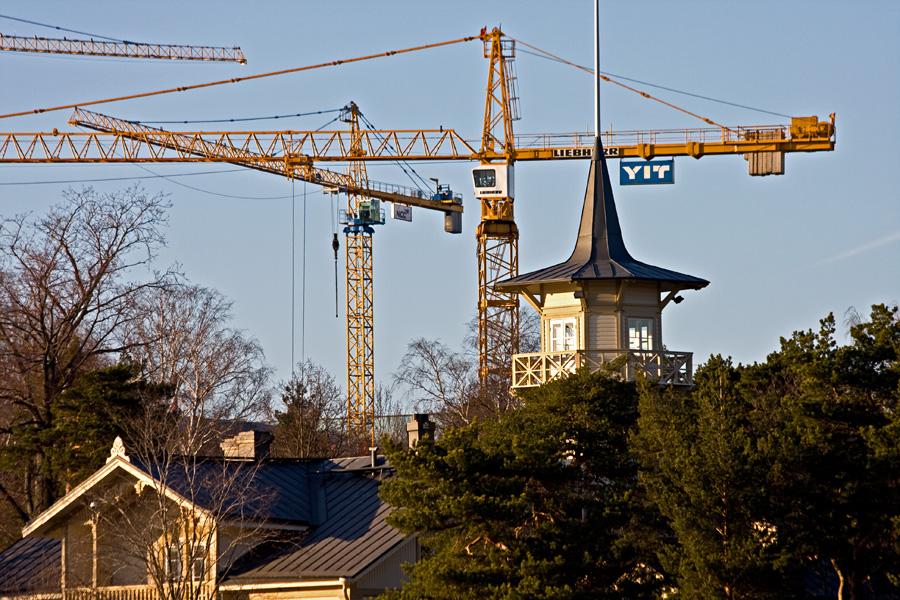 Pääministerin virka-asunto Kesärannan torni ja Meilahden sairaalan työmaanostureita