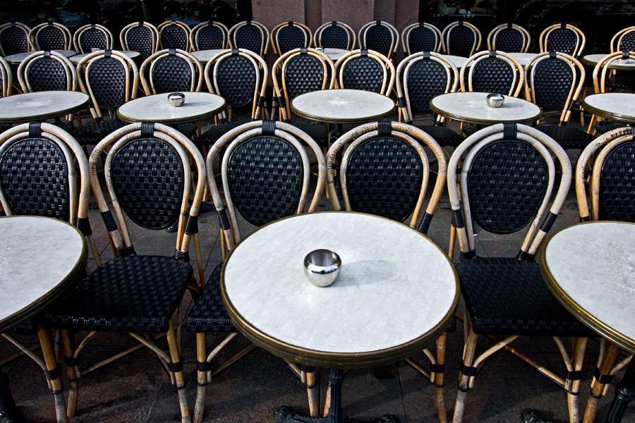 Tuolit odottavat asiakkaita Cafe Stringbergin terassilla