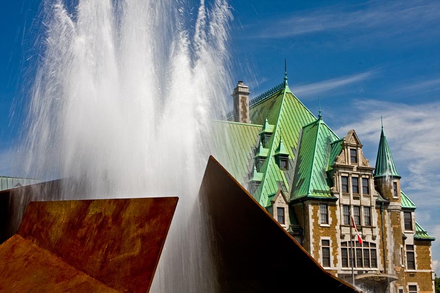 Suihkulähde Gare du Palais'n pihalla