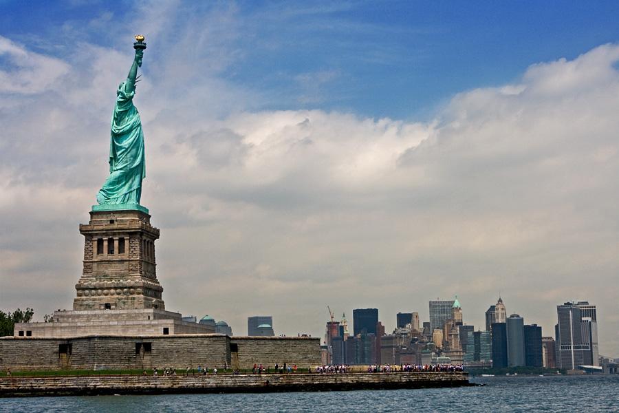Vapaudenpatsas Liberty islandilla, taustalla Manhattanin eteläkärki