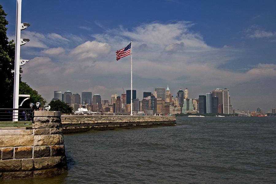 Tähtilippu Ellis Islandilla, taustalla Manhattan