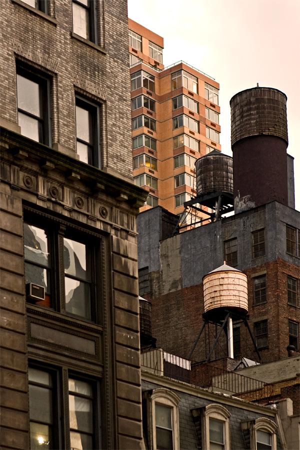 Vesisäiliöitä rakennusten katoilla