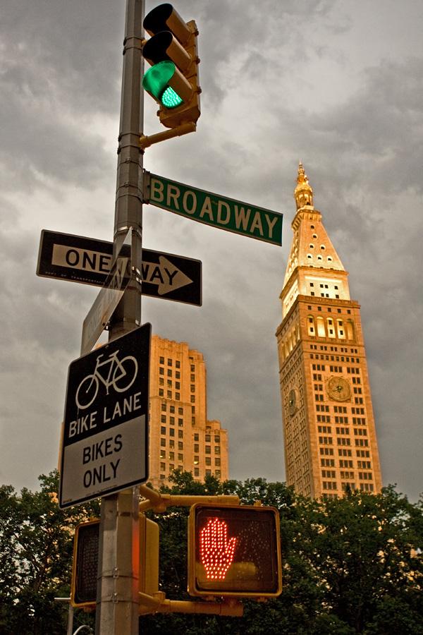 Liikennemerkkejä ja Metropolitan Life Tower