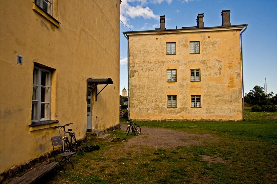 A yard between apartment buildings at Länsi-Musta