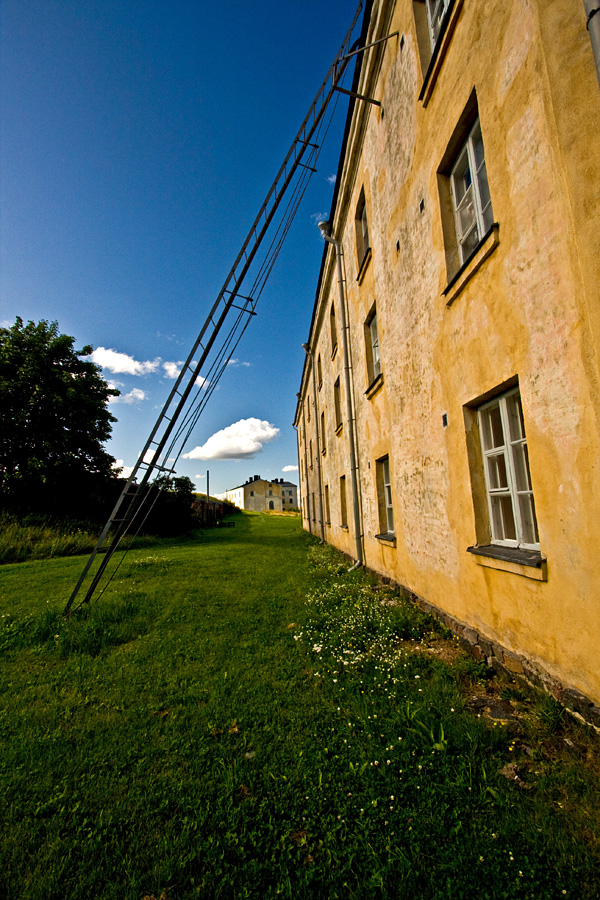 Katolle vievät tikkaat kerrostalon seinustalla