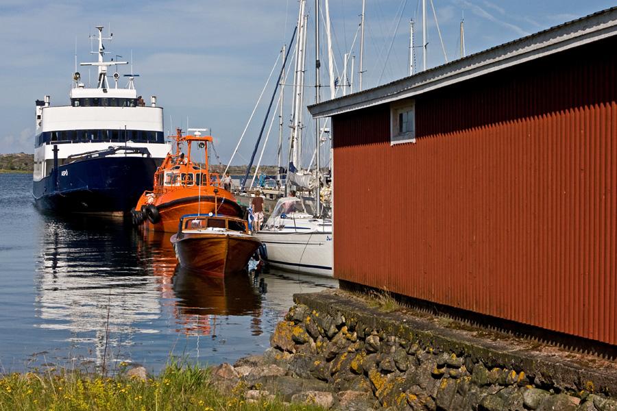 M/S Aspö ja luotsikutteri Utön satamassa